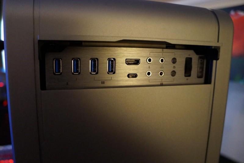 Počítačové skříně vyšší třídy (jako například Phanteks Enthoo Elite zde na obrázku) mají na předním panelu, co se týče konektivity, daleko více možností