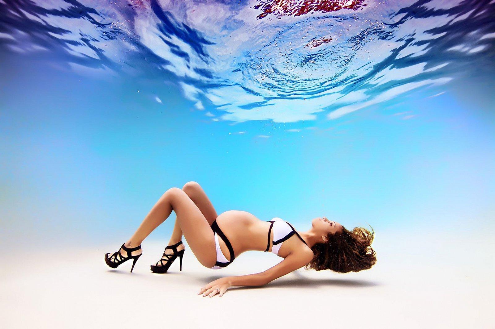 Těhotné plavkyně