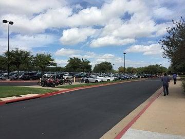 Okolí Austinu je podobné Silicon Valley, všude samé dálnice, obří parkoviště a nízké budovy ve firemních kampusech.