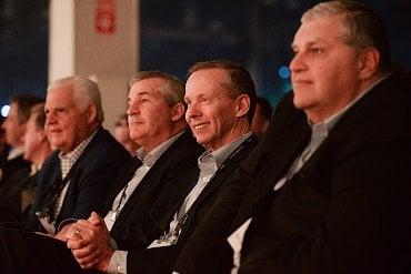 Finanční ředitel Dellu Tom Sweet (uprostřed).