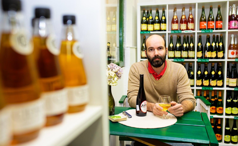Podniká se ciderem, nahlédněte do jeho kamenné prodejny v Praze