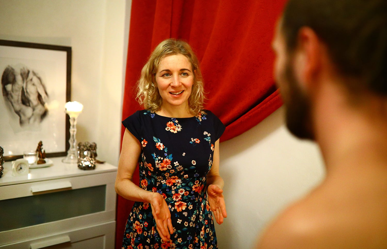 Návštěva u páru, který se věnuje sexuologické práci s tělem