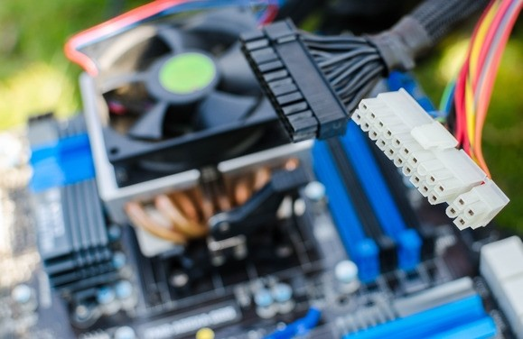 Nezapomeňte odpojit od základní desky tento velký 24pinový konektor