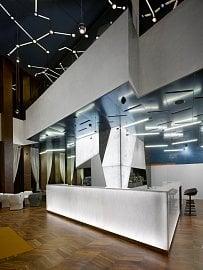 Prostory kavárny v Brně – zde se odehrávají schůzky s klienty. Kavárna je ale přístupná i veřejnosti.