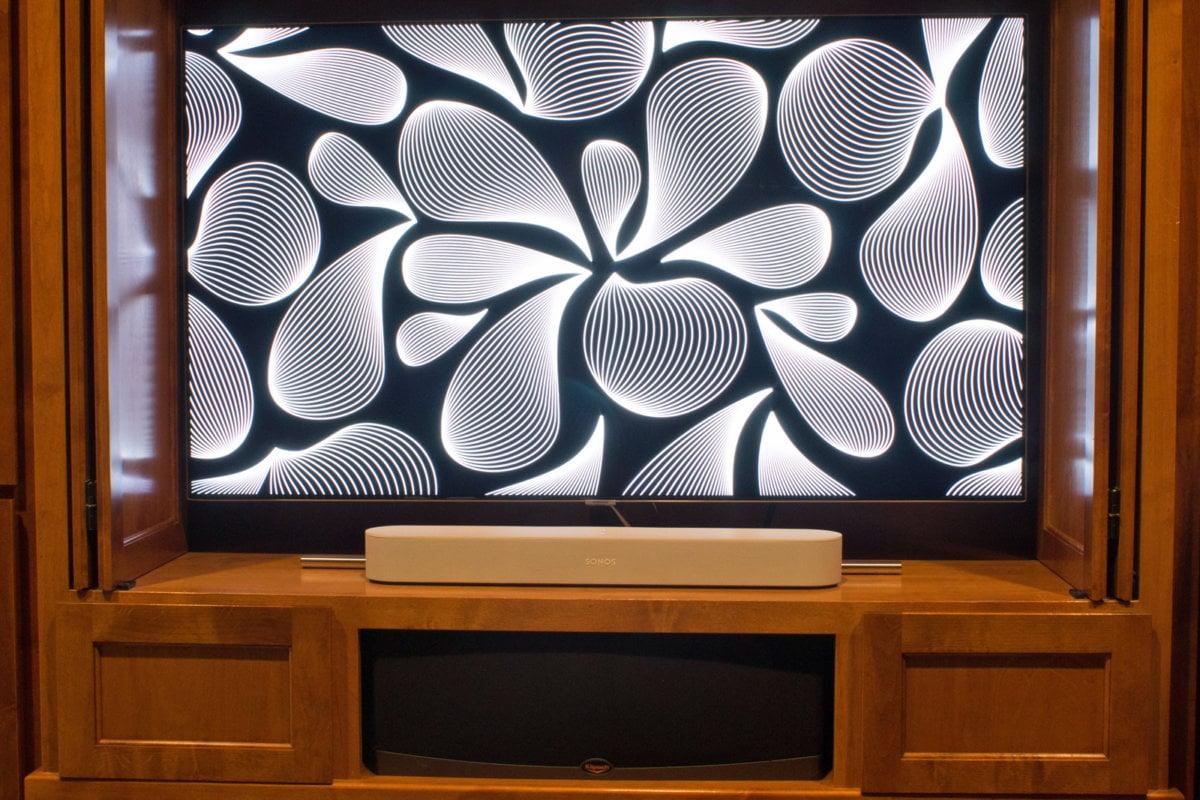 Co takhle použít soundbar umístěný před televizorem pro ovládání světel ve vašem domácím kině? Žádný problém, pokud máte například reproduktor Sonos Beam, který má integrovánu jak Alexu od Amazonu, tak Asistenta Google.
