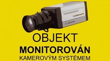 Některé objekty upozorňují na svůj kamerový systém podobnou samolepkou.
