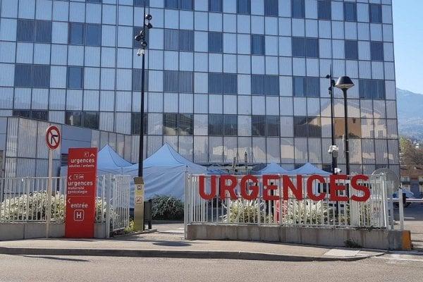 Třídicí stany před nemocnicí před urgentním příjmem, kde se izolují nemocní s nákazou