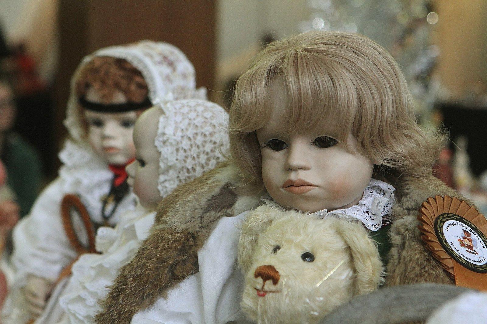 Výroba panenek není snadná. Často připomíná mužskou práci.