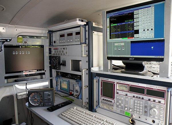 Testování na špičkovém zařízení Českých Radiokomunikací neprobíhá pouze v Praze, ale i v předpokládaném dosahu vysílače. Zde je částečný pohled do mobilního testovacího vozu.
