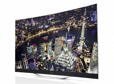 Pokud si zakoupíte televizor s prohnutou obrazovkou, jakou je například LG 65EC970V (OLED, 149.990 Kč, 165 cm), na stěnu ji nejspíše nenamontujete. Navíc OLED TV bývají pekelně tenké, takže už prostá montáž na podstavec je hodně, ale hodně náročná!