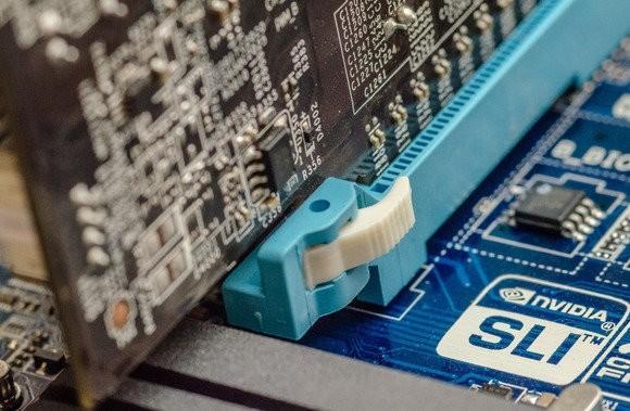 Nezapomeňte na západku, která se nachází na konci slotu PCI-E a která drží grafickou kartu na svém místě!