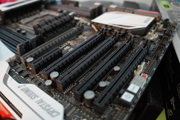 Grafickou kartu budete instalovat na základní desku počítače do slotu PCI-E x16 (na obrázku to jsou ty dlouhé černé sloty)