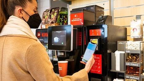 Ilustrační foto. Bezkontaktní platby na nápojových kávových automatech na čerpacích stanicích Benzina ORLEN. (03/2021)
