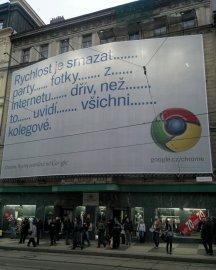 Obrovský plakát na Google Chrome na rušné tramvajové zastávce I.P. Pavlova v Praze.