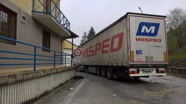 Hraniční přechod Mosty u Jablunkova - Svrčinovec (SK). Za značkou je slovenská pohraniční kontrola. (1. 6. 2020)