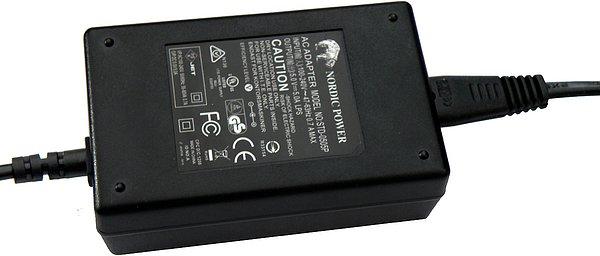 Provedený v černé matové barvě se vstupním napětím 100 až 240 Volt/0,7 A. Výstupní napětí je 5 Volt/5 A.