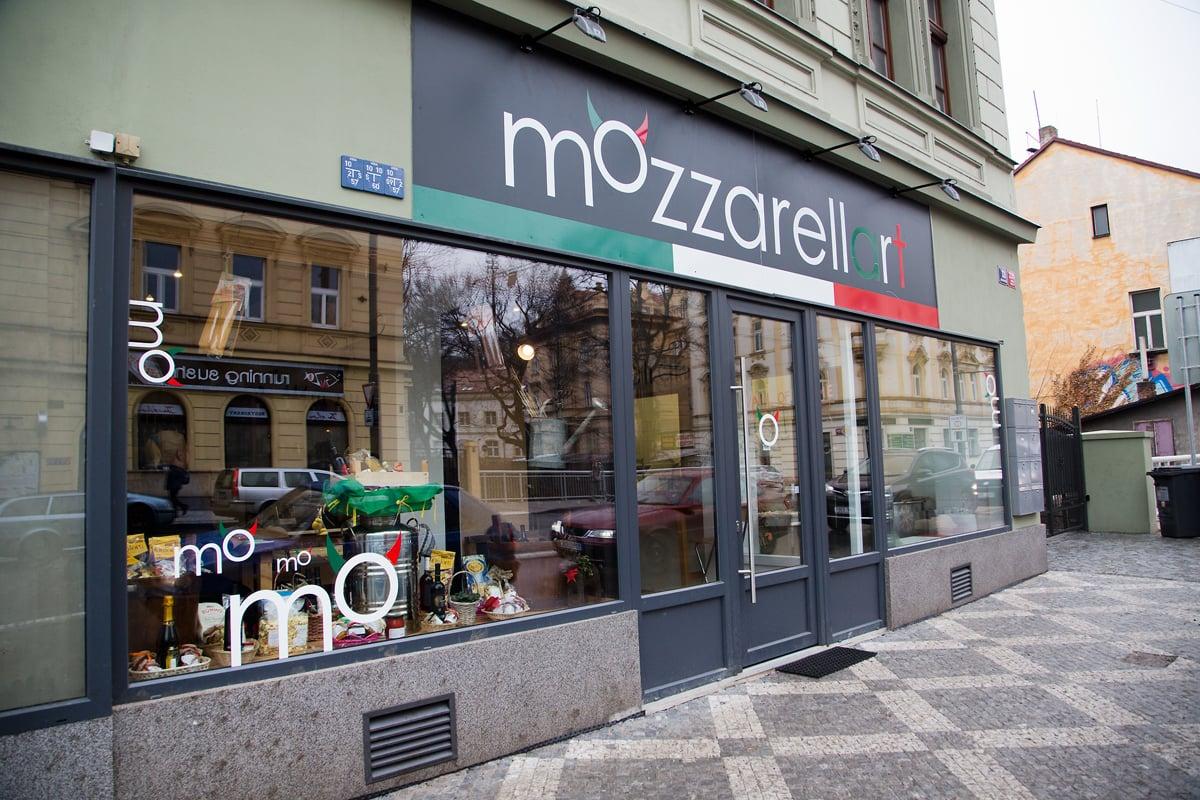 Nahlédněte do výrobny mozzarelly v pražských Nuslích.