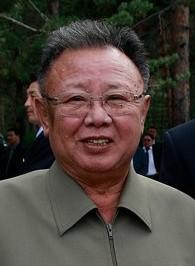 """Duchovním otcem programu asymetrické kybernetické války vKLDR byl Kim Jong-il (1941-2011). Musel jím být už proto, že prakticky vše vSeverní Koreji je připisováno vládnoucímu rodinnému klanu """"Kimů""""."""