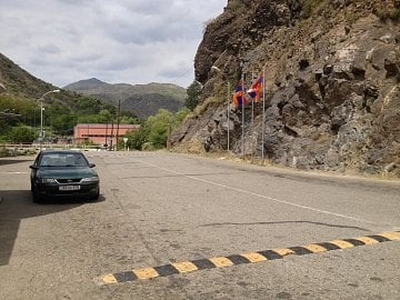 Zabux, Ázerbájdžán. Hraniční kontrola z Arménie do Náhorního Karabachu.