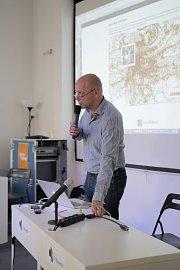 Cédric Maloux představuje data na zahřívacím setkání 8.června.