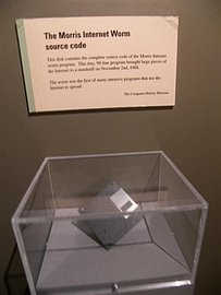"""Disketa obsahující původní zdrojový kód """"Morrisova červa"""" je součástí expozice Museum of Science v Bostonu."""