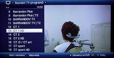 Seznam naladěných televizních (případně rozhlasových) kanálů vyvoláte přes OK. Jak vidíte, dá se v něm i vyhledávat a pokud zmáčknete zelené teletextové tlačítko, objeví se šikovná softwarová klávesnice.