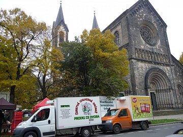 Chladírenský vůz s drůbeží pravidlně najdete například na farmářských trzích v Karlíně