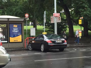 """Vzít si taxík na hlavním nádraží v Praze z ulice? Beze strachu, tento je """"ten hodný"""", musíte ale vyjít na Opletalovu uluci. Nesmíte si brát žluté taxíky, co stojí přímo na hlavním nádraží u vestibulu, ty nejsou OK."""