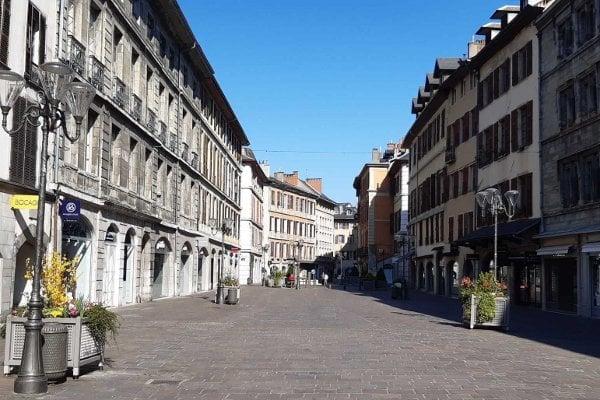 Vylidněná pěší zóna v městečku Challes-les-Eaux