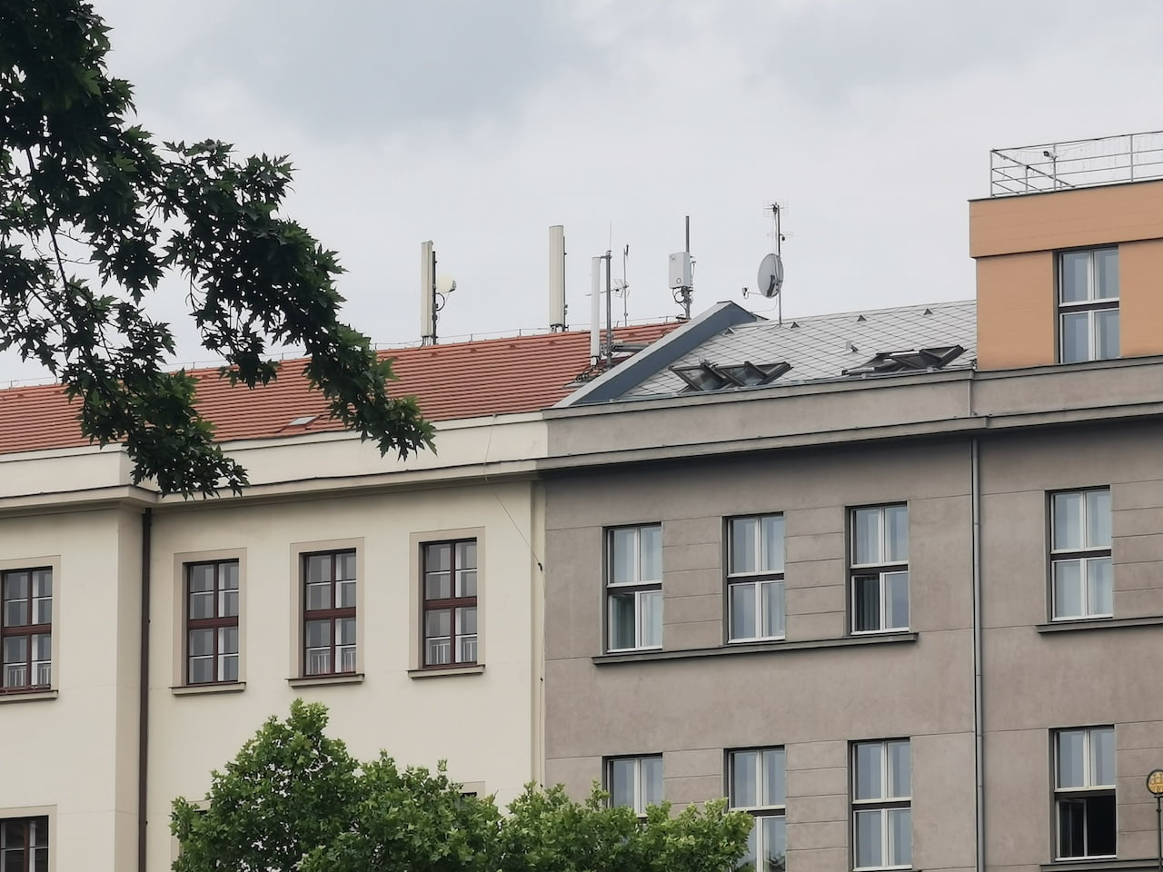 5G vysílač O2 (3,7 GHz) na Náměstí Míru v Praze
