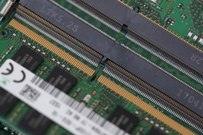 Zářez v paměťovém modulu musí být zarovnán s výstupkem ve slotu. Horní modul znázorňuje, jak moc bude kontakt po svém vložení viditelný.