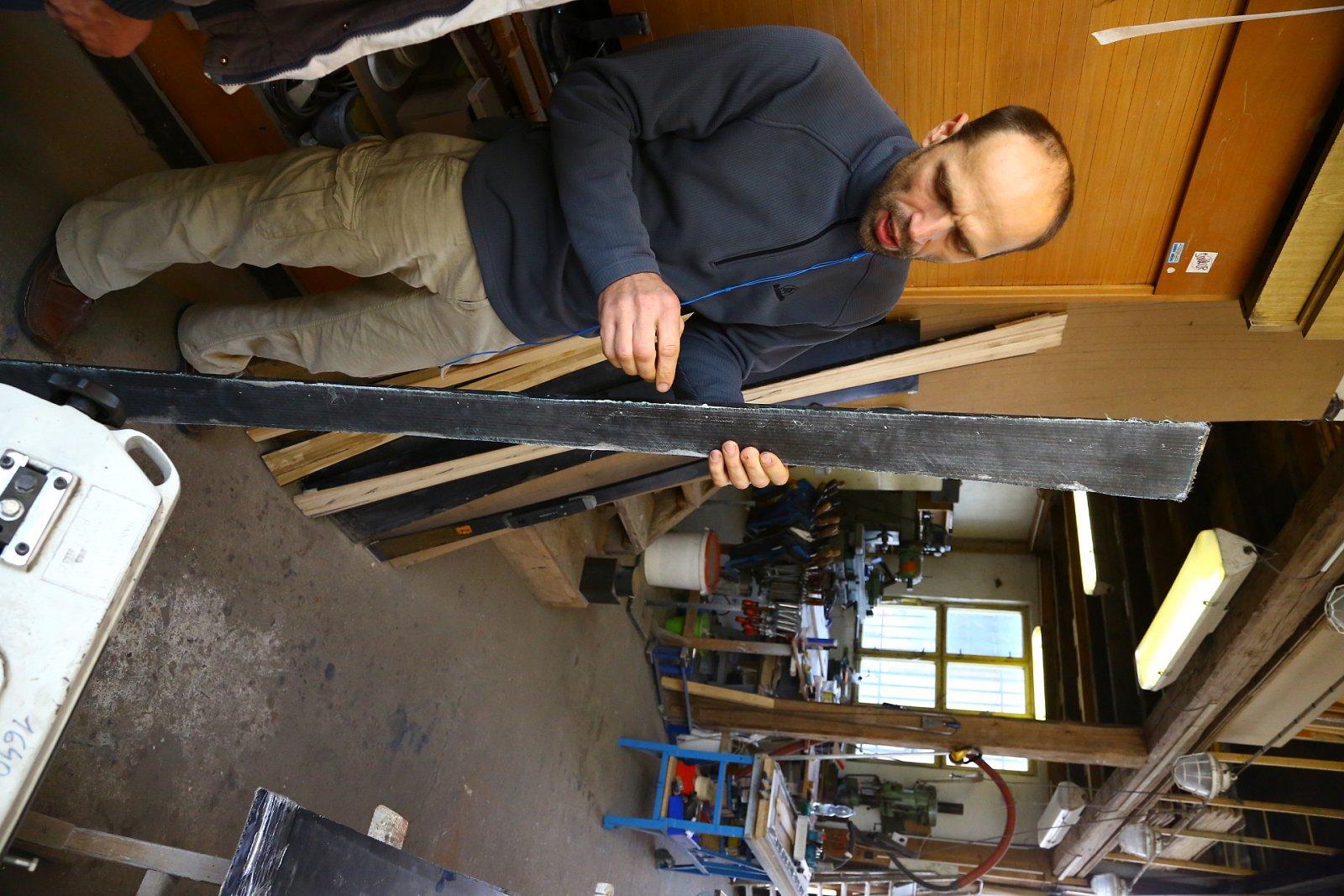 Výroba lyží není jednoduchá, svou roli hraje každý centimetr.