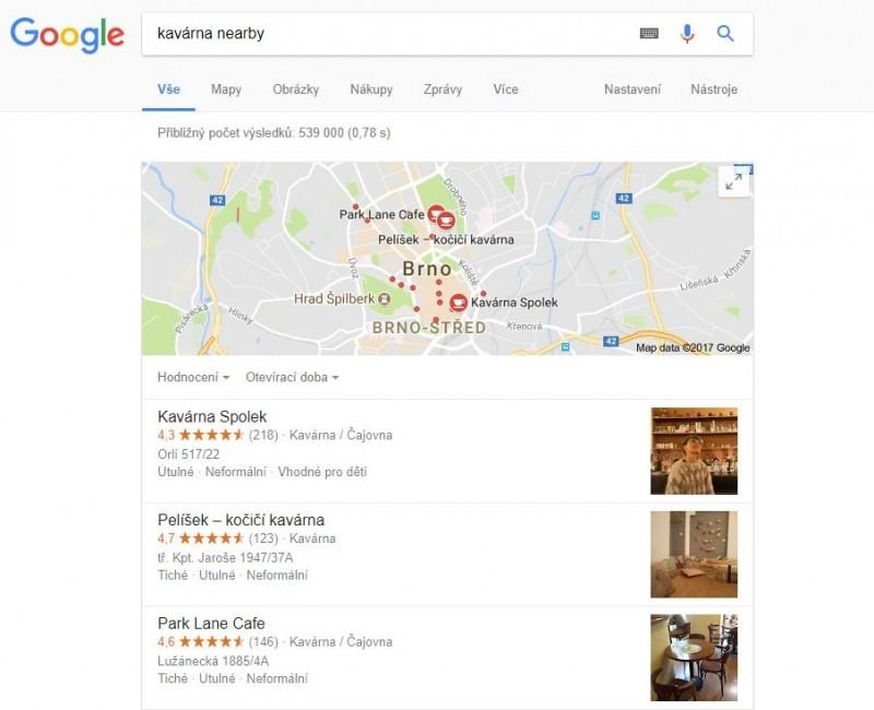 Pokud k dotazu pro vyhledávání přidáte výraz nearby, zobrazí se ve výsledcích vyhledávání na prvních místech přednostně výsledky vztahující se k okolí
