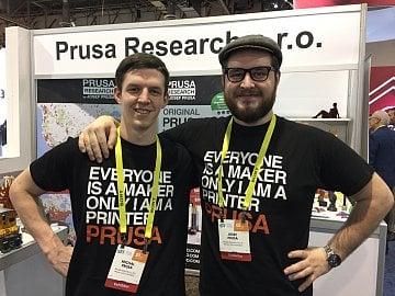 Michal Průša (vlevo) a Josef Průša na stánku Prusa Research na CES 2017 v Las Vegas.