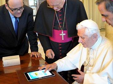 Loni v červnu vyslal svůj první tweet do světa také papež Benedikt XVI.
