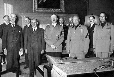Fotografie z průběhu Mnichovských jednání – zleva: Neville Chamberlain za Velkou Británii, Édouard Daladier, zástupce Francie, Adolf Hitler za nacistické Německo a Benito Mussolini za fašistickou Itálii (zdroj: Wikipedia.org – Bundesarchiv)