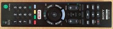 Dálkový ovladač má výtečné rozložení a všechna nejpotřebnější tlačítka jsou soustředěna kolem kurzorového kříže. Včetně EPG (Guide). Po ruce je i ztlumení zvuku, které pracuje asi po třech sekundách od naběhnutí TV do provozu.