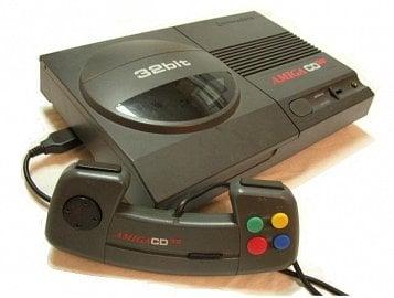 Amiga CD32 - pokus o vstup na území konzolí a labutí píseň, firma zkrachovala dříve, než se model stačil dostat na americký trh.