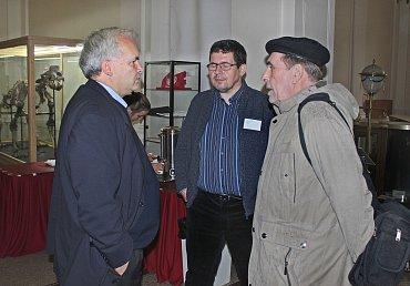 Pavel Svoboda (vlevo) vhovoru sJanem Sokolem (vpravo) asociologem Janem Spoustou (uprostřed)