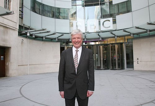 Generální ředitel BBC Tony Hall nastínil své vize, kam by se instituce měla v následujících letech ubírat.
