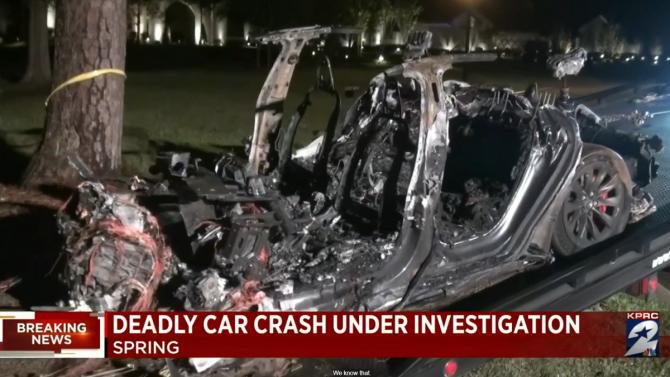 [aktualita] Dva lidé zemřeli při nehodě Tesly v Texasu, policista tvrdí, že auto nikdo neřídil