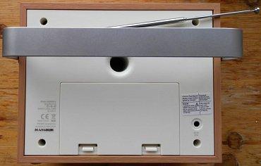 Zadní strana skrývá teleskopickou anténu, připojení napájení, schránku pro klasicky výměnné baterie a bassreflex… Opěrka je v maximální (zadní) poloze.