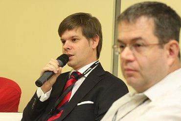 Ondřej Malý - člen Rady Českého telekomunikačního úřadu (ČTÚ). V popředí Petr Koubský.