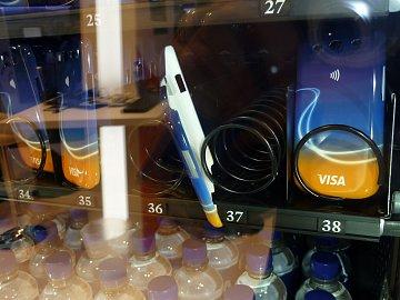 Za bezkontaktní platbu dostanete kryt nebo čokoládu (pokud se kryt pri výdeji nezasekne).