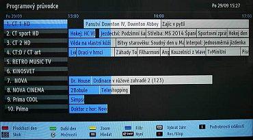 Programová nabídka je bez obrazového náhledu, za to ukazuje pořady na několik hodin dopředu pro až deset kanálů. Vyvolat můžete i informace o pořadu, pak se ale na obrazovce objeví kanálů méně.