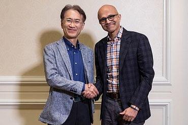 Šéf Sony Kenichiro Yoshida a ředitel Microsoftu Satya Nadella