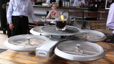 Drony přenášející jídlo a drinky místo číšníků v jedné restauraci v Singapuru