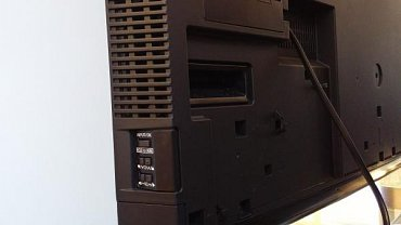 Tlačítko na boku televizor částečně vypne (zapnout se následně dálkovým ovladačem nedá), ale od elektrické sítě ho neodpojí. Všimněte si také výborného úchopu, který je zásadní pro správnou manipulaci s TV.