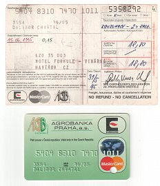 První transakce šéfredaktora Měšce embossovanou kartou proběhla v dnes již neexistujícím Motelu Formule v Havířově (dnes Hotel Rudolf). Byla zaúčtována po 15 dnech. Embossovaná karta se vydávala po důkladném skóringu a napoprvé jen s domácí platností. Na kartě ještě vidíte 4číslí vydavatelské banky (ICA kód 3554).