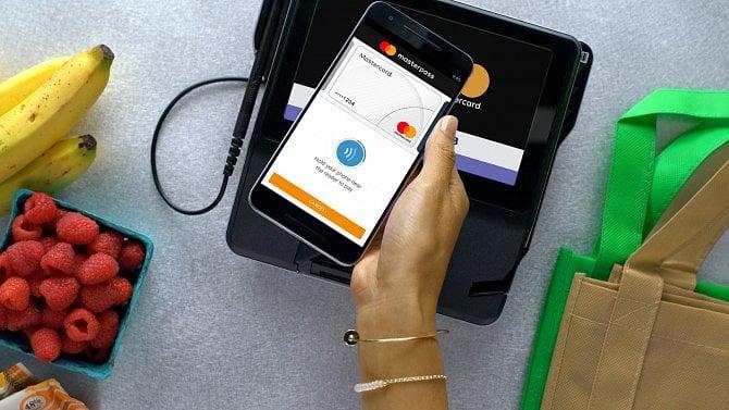 [aktualita] Přes mobilní bankovnictví platí třetina Čechů, online platby kartou se dočkají biometrie